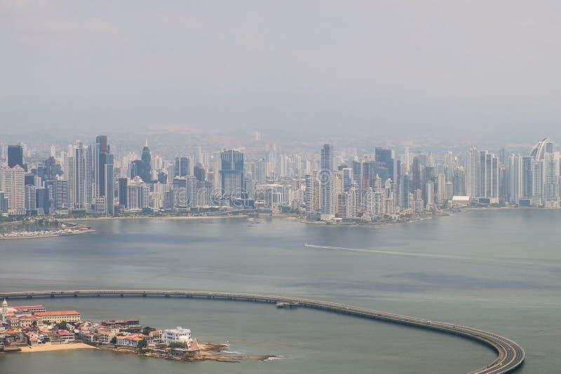 Antenna di Panamá - Casco Viejo e orizzonte del grattacielo di giù fotografia stock