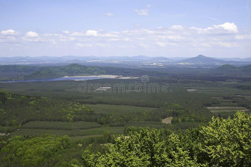 Antenna di terra, di acqua e delle montagne immagine stock