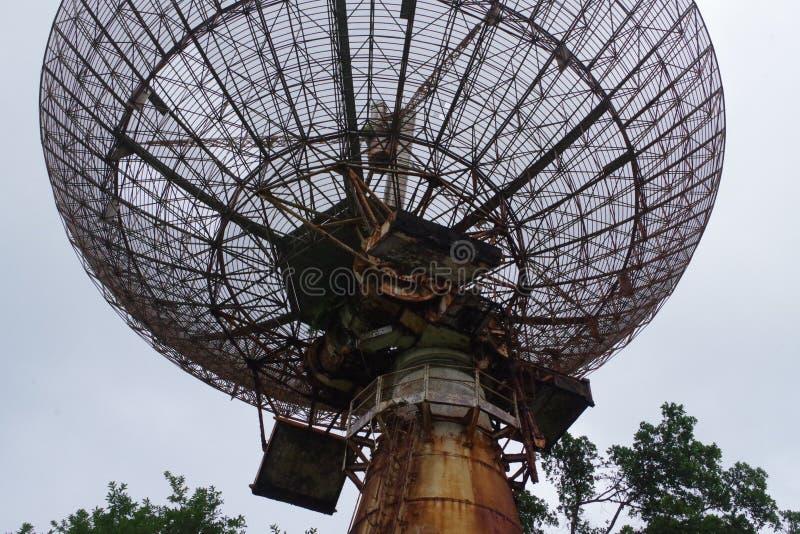 Antenna enorme, pezzo di stazione d'inseguimento completa abbandonata nella foresta immagine stock libera da diritti