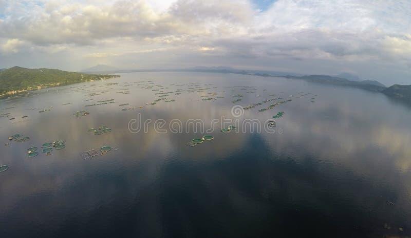Antenna: Impresa di piscicoltura sul bello lago Taal fotografia stock