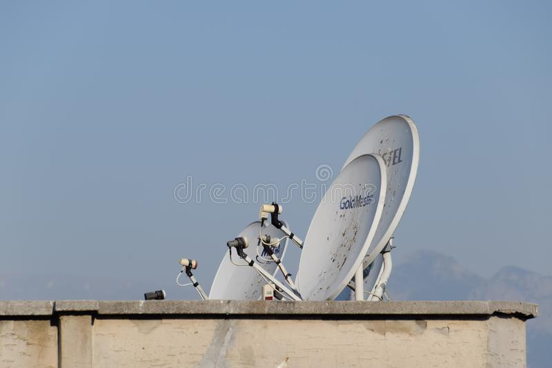 Antenna parabolica satellite per la ricezione del segnale televisivo sul tetto della a fotografia stock libera da diritti