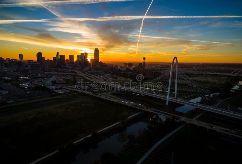 Antenna sopra il ponte della collina di Dallas Texas Dramatic Sunrise Margaret Hunt e la torre della Riunione fotografie stock libere da diritti