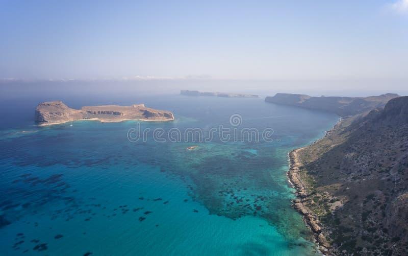 Antenna sulla catena montuosa di Platiskinos ed isole di Gramvoussa vicino alla laguna di Balos Crete, Grecia fotografia stock