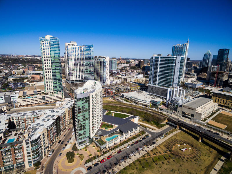 Antenne über Austin Texas Modern Buildings und Kondominien während des sonnigen Nachmittages des blauen Himmels lizenzfreie stockfotos