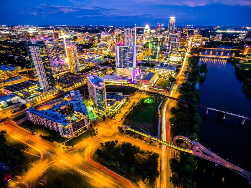 Antenne über Austin Texas Night Cityscape Over Town See überbrückt städtisches Hauptstadt-buntes Stadtbild lizenzfreies stockbild