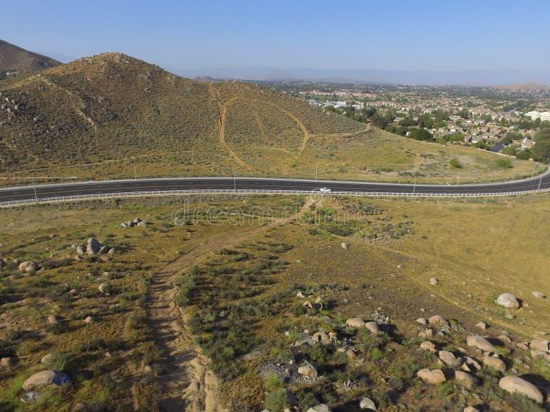 Antenne au-dessus d'avenue de Collett en Corona California images libres de droits