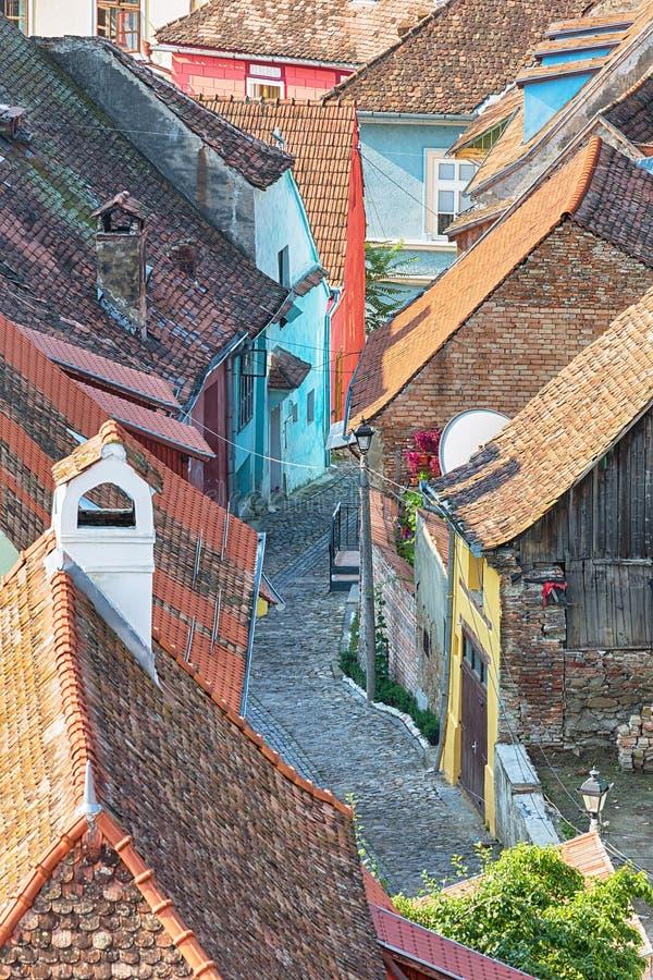 Antenne d'allée et de dessus de toit dans Sighisoara, Roumanie photos stock