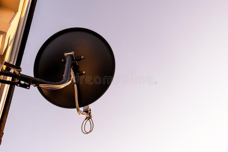 Antenne d'antenne parabolique sur le ciel bleu photo stock