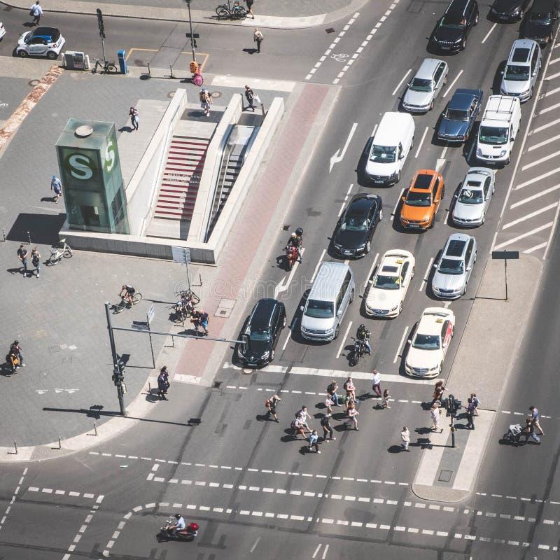 Antenne d'un trafic de carrefour/rue avec des voitures et des personnes à P photo libre de droits