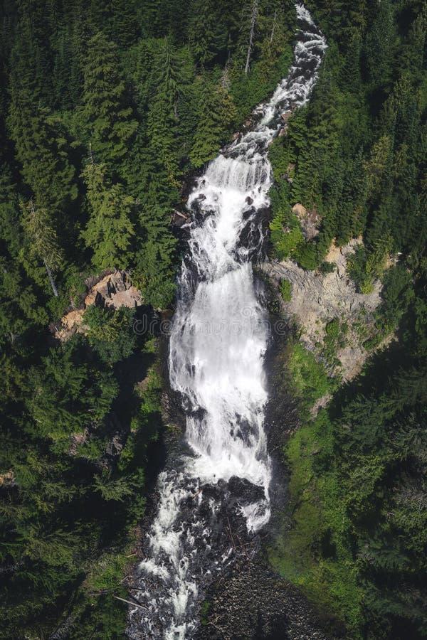 Antenne de cascade massive Alexander Falls dans le Canadien Wilderne images libres de droits