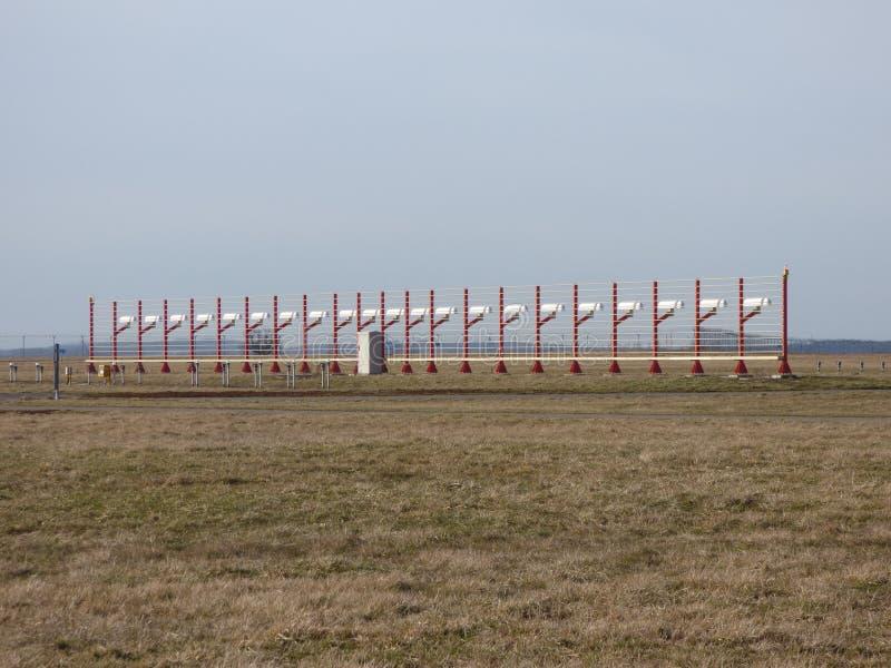 Antenne de glidepath de piste d'aéroport images libres de droits