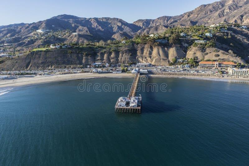 Antenne de Malibu Pier State Park et de Santa Monica Mountains image stock