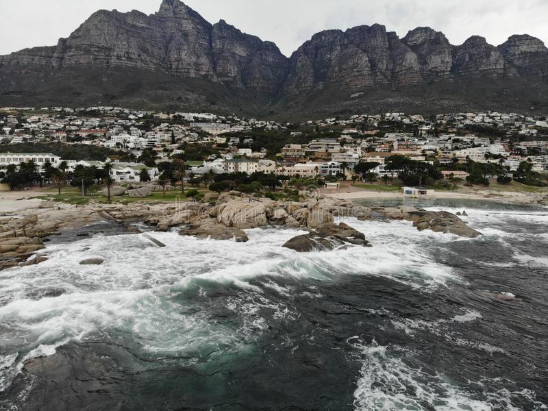 Antenne de plage de Cape Town Campsbay avec la montagne photos libres de droits