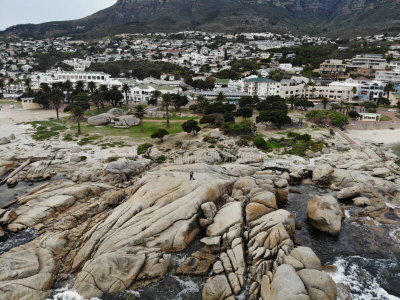 Antenne de plage de Cape Town Campsbay avec la montagne image libre de droits