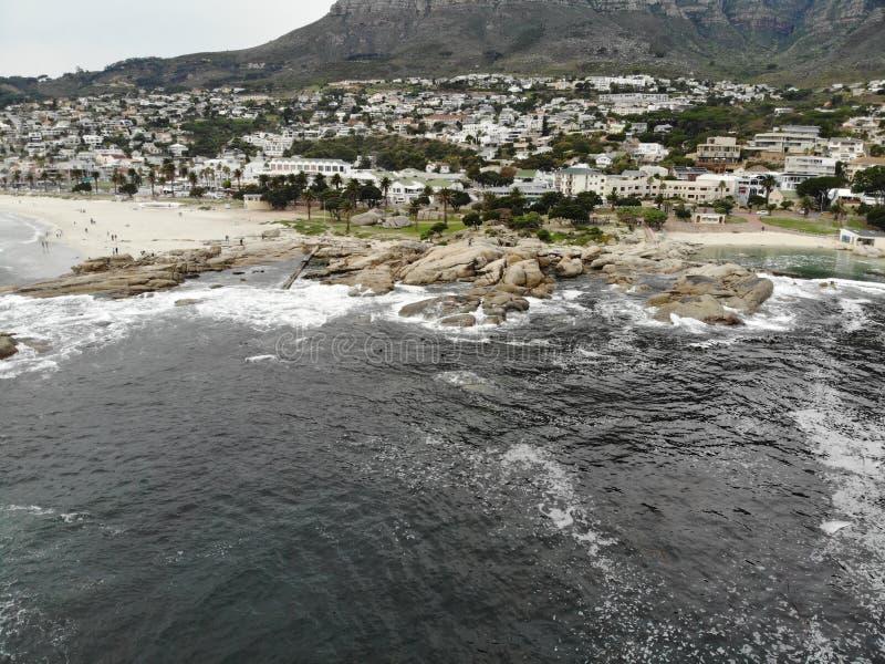 Antenne de plage de Cape Town Campsbay avec la montagne photographie stock