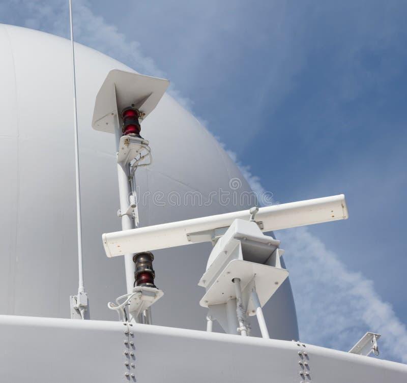 Antenne de radar sur un bateau militaire photographie stock libre de droits