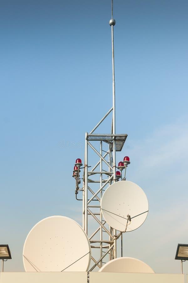 Antenne de satellite sur le toit photo stock