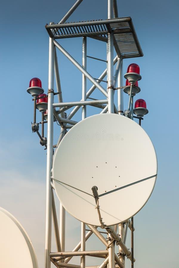Antenne de satellite sur le toit photos stock