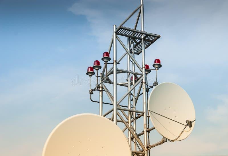 Antenne de satellite sur le toit image libre de droits