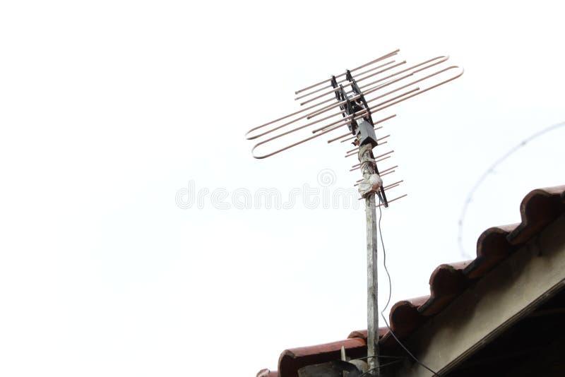 Antenne de t?l?vision sur le toit photos libres de droits