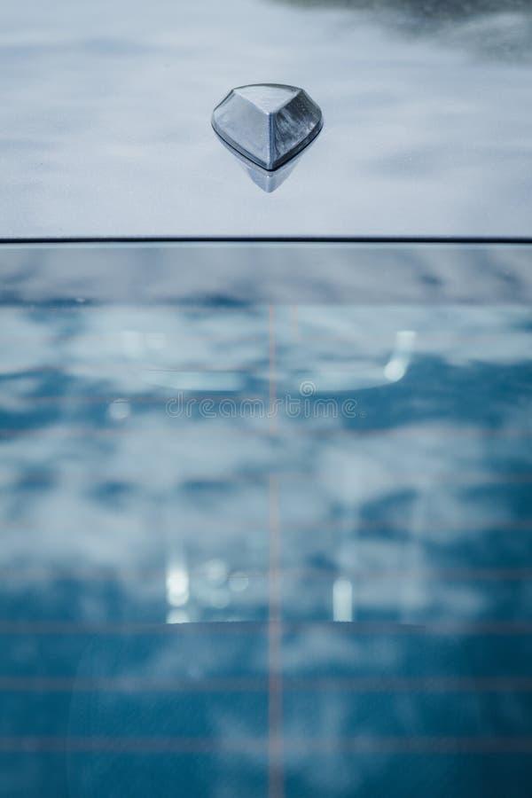 Antenne de toit d'aileron de requin sur la berline moderne de voiture image stock