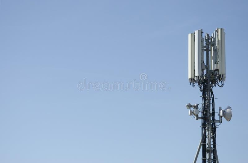 Antenne de tour de portable pour le mobile photographie stock libre de droits