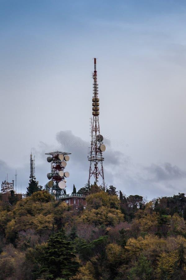 Antenne de tour de télécommunication au ciel de coucher du soleil photo stock