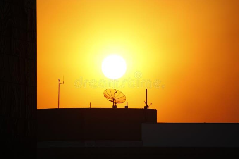 Antenne de TV devant le soleil image libre de droits