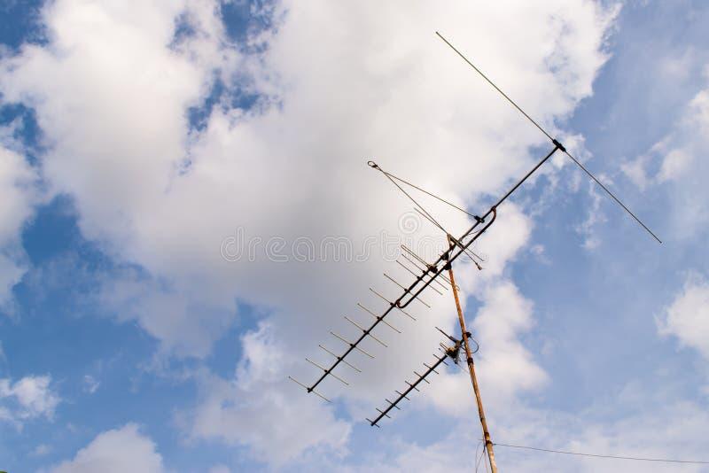 Antenne de TV sur le toit de la vieille maison thailand photographie stock libre de droits
