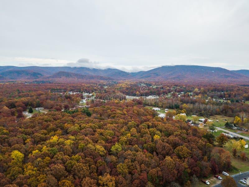 Antenne der Kleinstadt von Elkton, Virginia im Shenandoah V stockbild