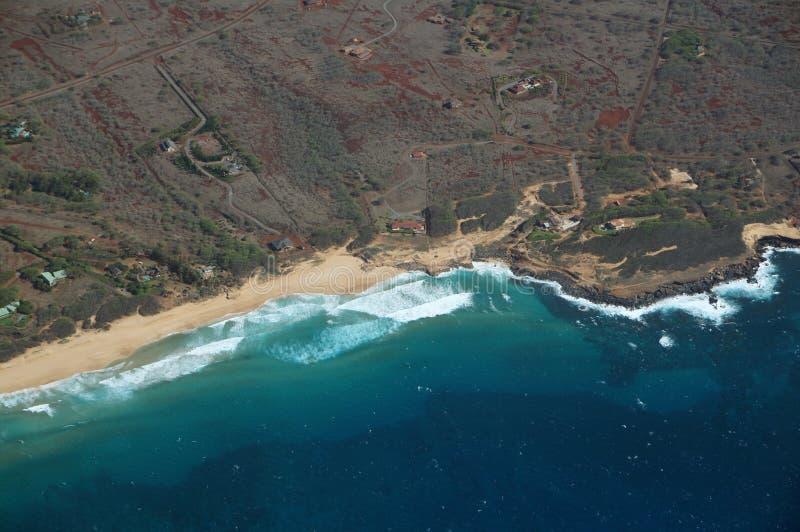 Antenne der Nordwestküste von Molokai mit den Wellen, die in SH zusammenstoßen lizenzfreie stockfotos