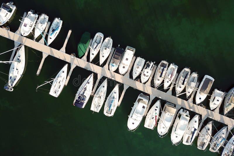Antenne des bateaux gar?s dans le port images stock