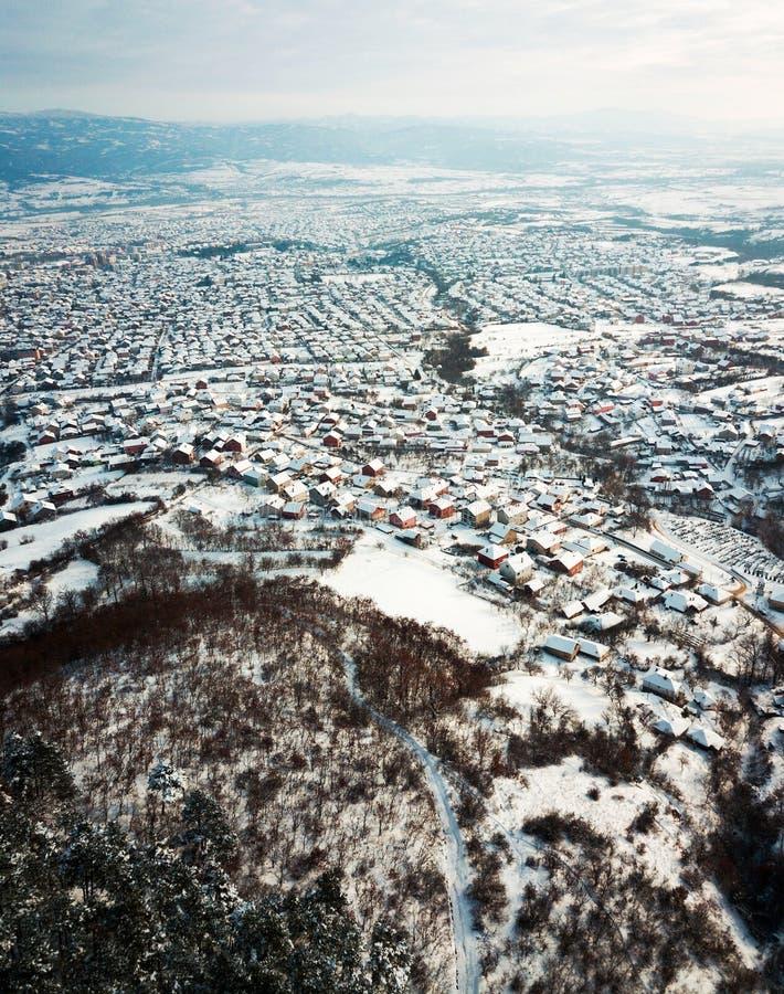 Antenne des dessus de toit couverts de neige photos stock
