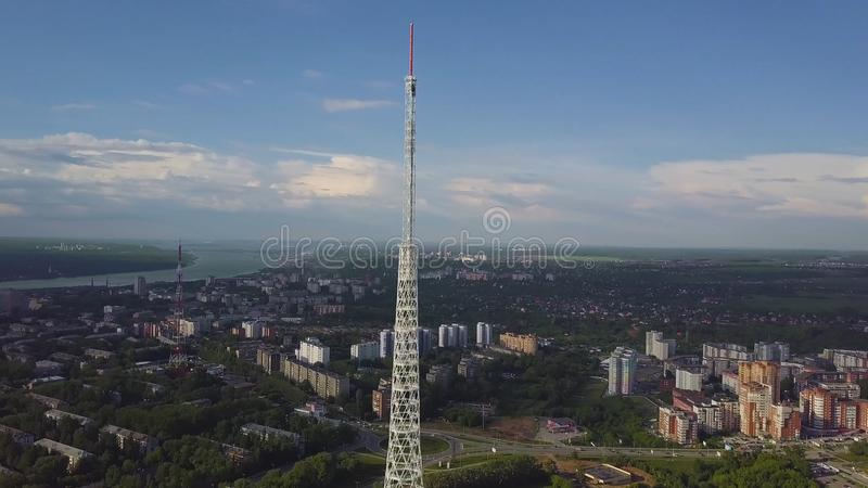 Antenne des Fernsehturms am Herbst Draufsicht des Fernsehturms in der Stadt stockfotos