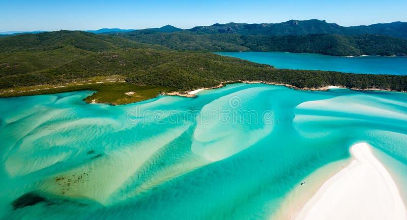 Antenne des Hügel-Einlass-und weißemhafen-Strandes von der Luft über Pfingstsonntag-Insel stockfotos