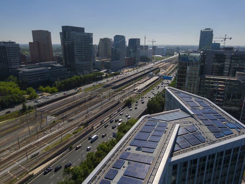 Antenne des modernen nachhaltigen Bürogebäudes mit Sonnenkollektoren, Teil Durchfahrt orientierte Entwicklung in Amsterdam Zuidas lizenzfreie stockbilder
