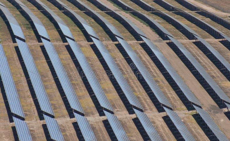 Antenne des panneaux photovoltaïques images stock