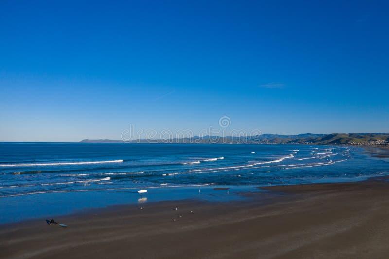 Antenne des surfers dans l'océan photo stock
