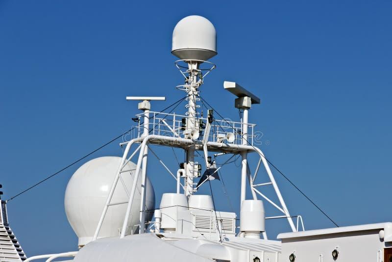 Antenne di radar sulla cima nave da crociera del radar di navigazione di controllo immagini stock libere da diritti
