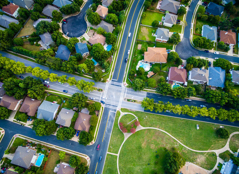 Antenne, die geraden Abstieg Austin Texas Neighborhood Suburb betrachtet lizenzfreies stockfoto