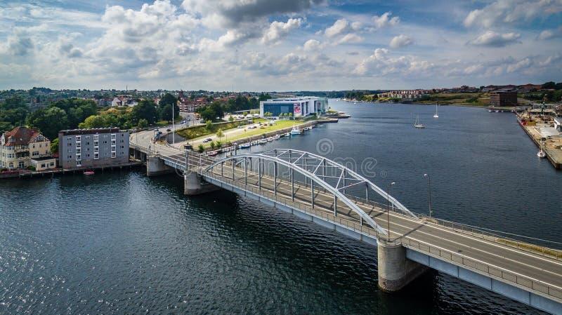Antenne die Ufergegend an der Brücke in Sønderborg lizenzfreie stockfotografie