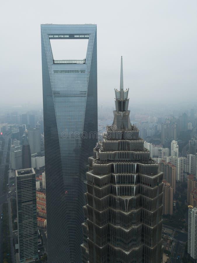Antenne die van lange wolkenkrabbers en bedrijfsgebouwen in een stedelijke stad wordt geschoten stock afbeelding