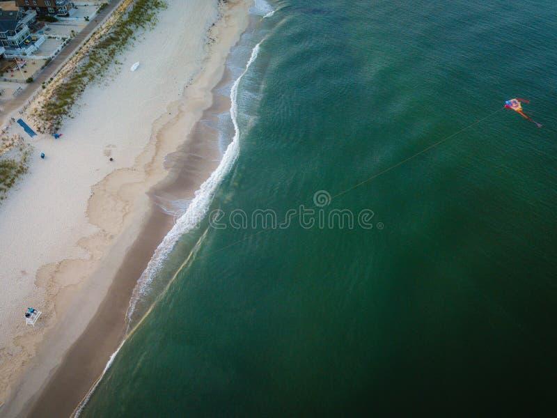 Antenne die van Vlieger op het strand vliegen stock foto's