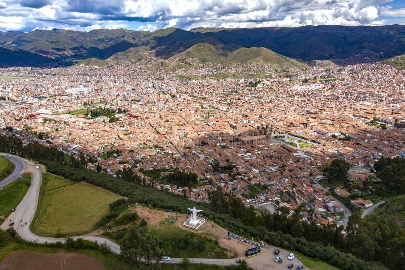 Antenne die van witte Christus en algemene mening van Cusco-stad bij daglicht wordt geschoten royalty-vrije stock foto