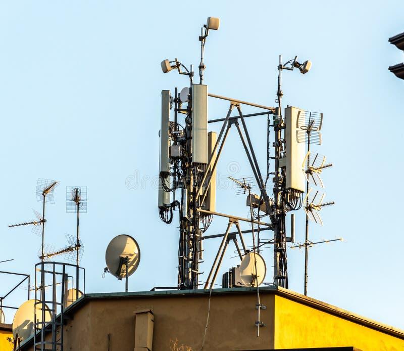 Antenne en celtoren stock afbeelding