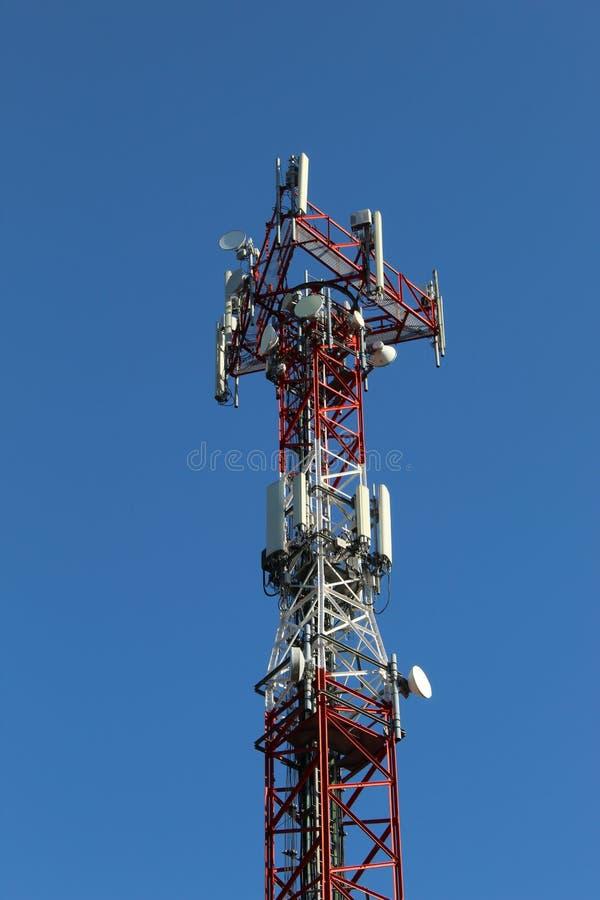 Antenne mobile au milieu de la forêt images stock