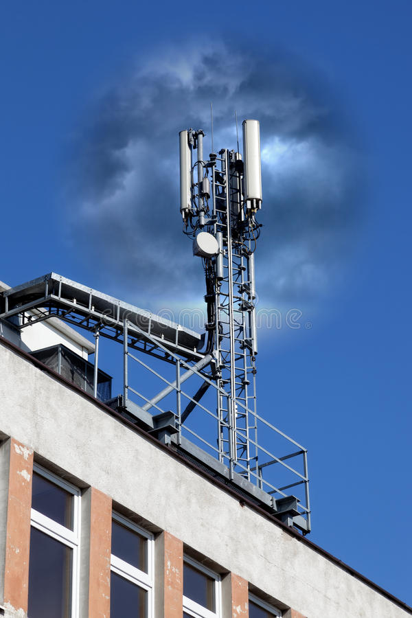 Antenne mobile dans un bâtiment photos libres de droits