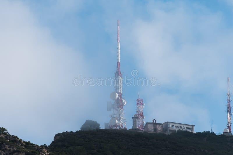 Antenne nella montagna con le nuvole immagine stock