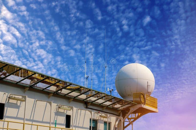 Antenne op helihaven van vrachtschip stock afbeeldingen