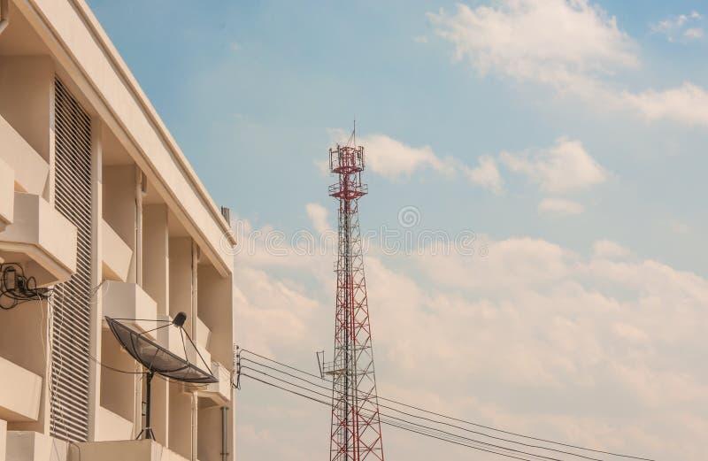 Antenne parabolique avec le ciel photo libre de droits
